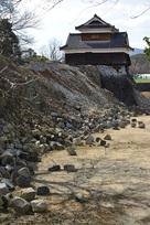 崩れた石垣と戌亥櫓…