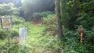 坂を少し登ったところにある登城口…