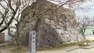隅櫓跡と石碑。…
