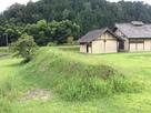 吉川元春館跡の復元された台所と土塁…