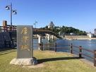 唐津城の石碑と天守…