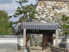 山里櫓の石垣と門…