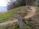 石碑と土塁