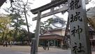 龍城神社鳥居から天守を覗む…