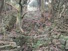 井戸と登り石塁…