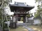 城址碑と速念寺の門…