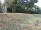 二郭の土塁と石碑…