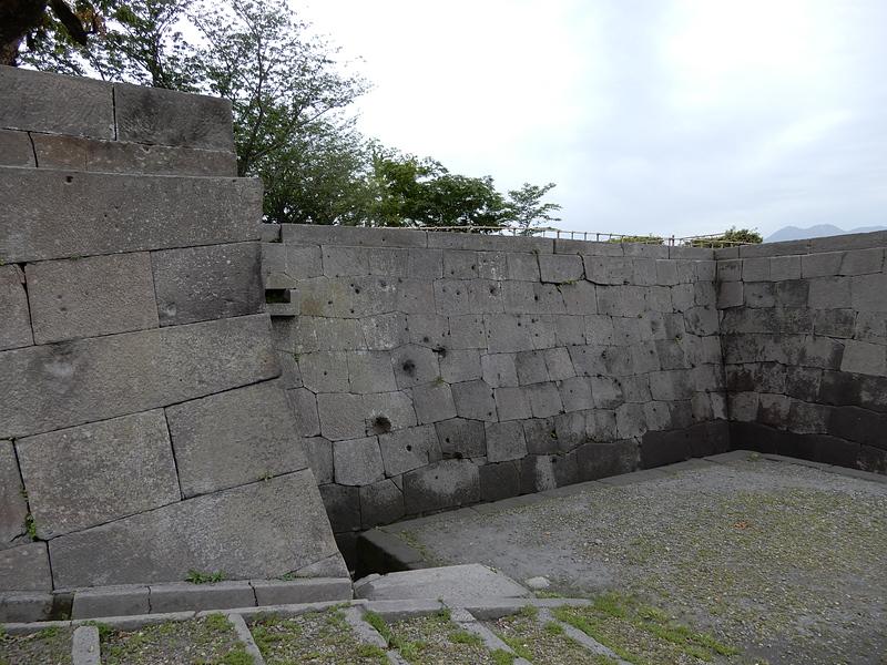 銃弾跡の残る石垣