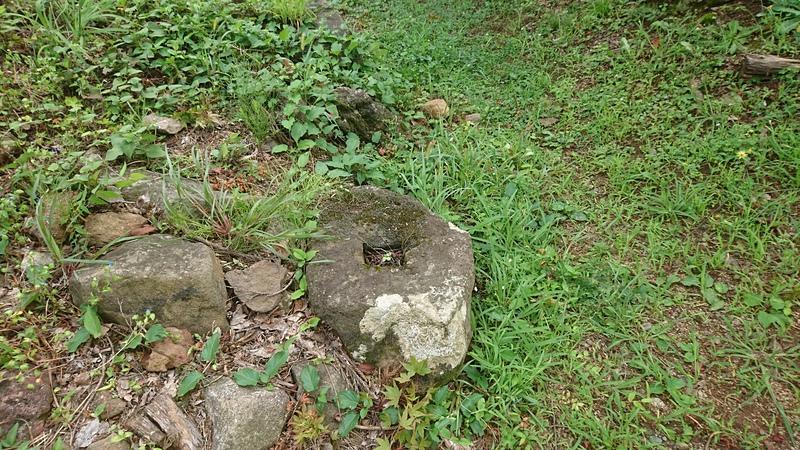 井戸門跡の礎石