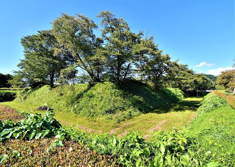 本丸跡と空堀