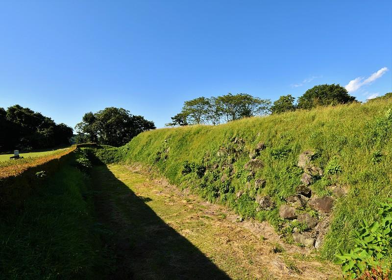 本丸跡石垣と空堀