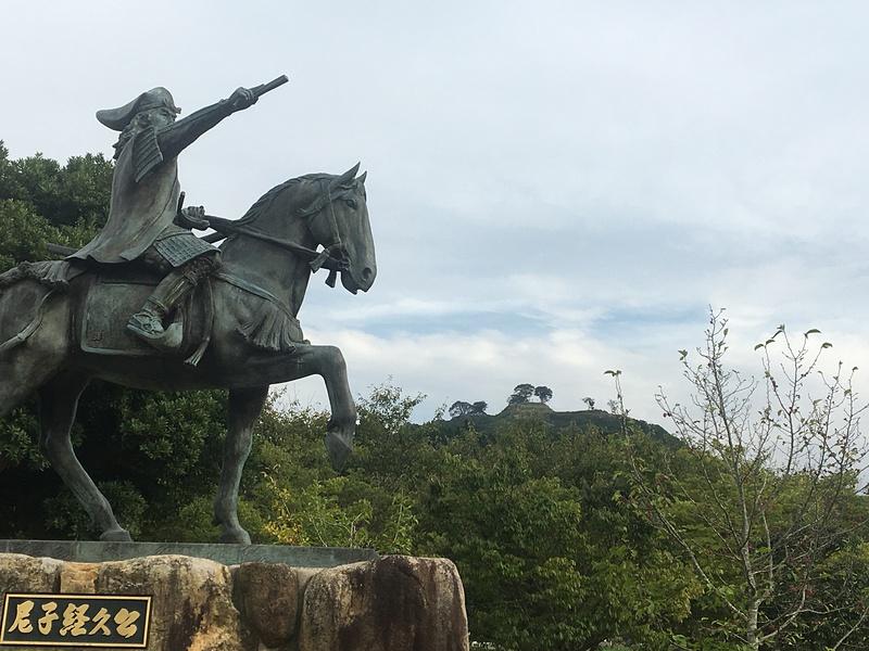 尼子経久公像と月山富田城