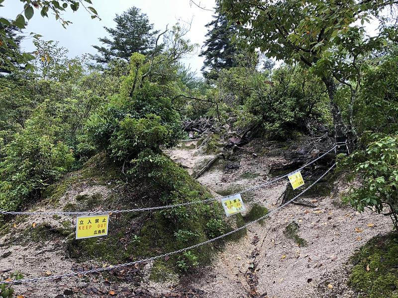 立入禁止の山側