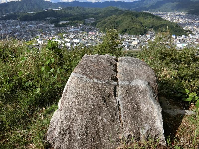 矢穴のある巨石