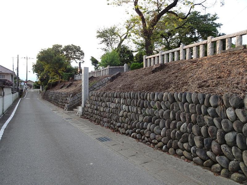 西林寺南側の土手