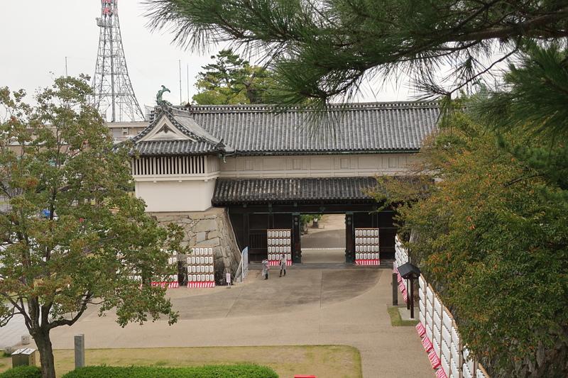 天守台から鯱の門を見下ろす