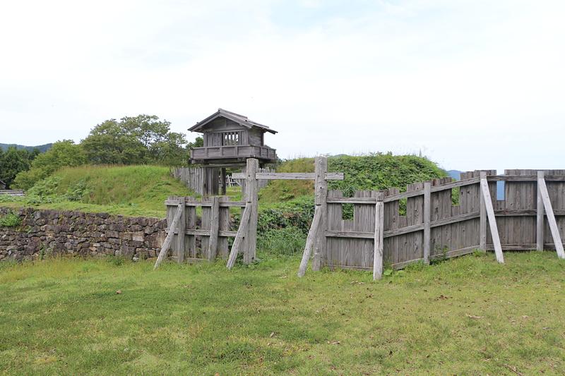 鳥越城の写真:中の丸城柵と本丸門 | 攻城団