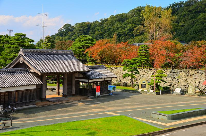 秋景と復元鷲之門
