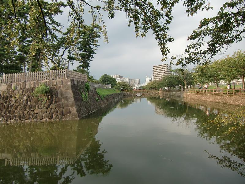 隅櫓台と水堀