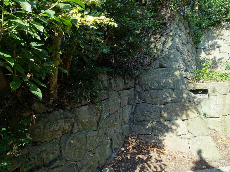 妙見神社裏の石垣(向かって左側)