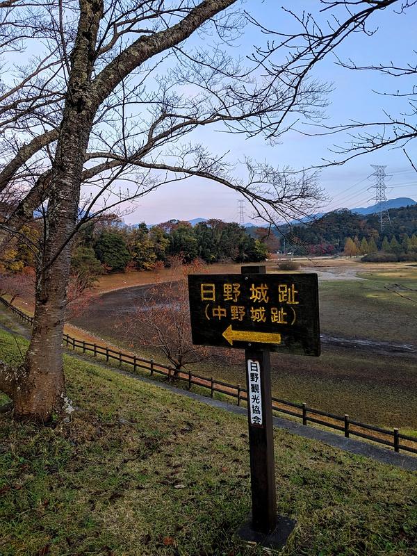 ダム湖前の案内板