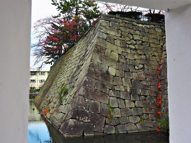 石垣を見る(山里口御門狭間より)