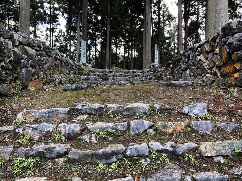 主郭虎口と門の礎石