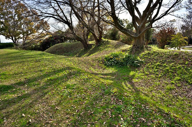 本郭と二郭を隔てる空堀と土橋の痕跡