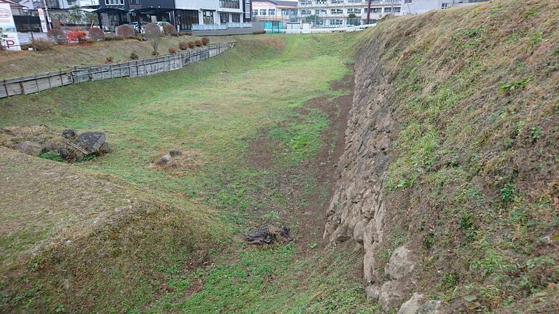 二ノ丸の堀と石垣と土塁
