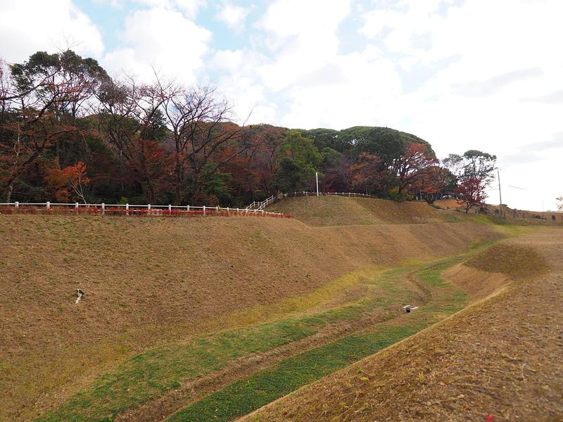 復元された堀と土塁