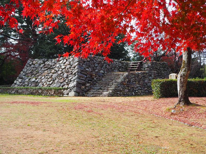 天守台、12月中旬の紅葉とともに
