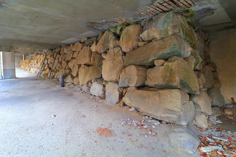 緑泥片岩が美しい、幼稚園下の石垣