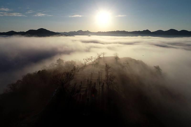 城跡と雲海と日の出