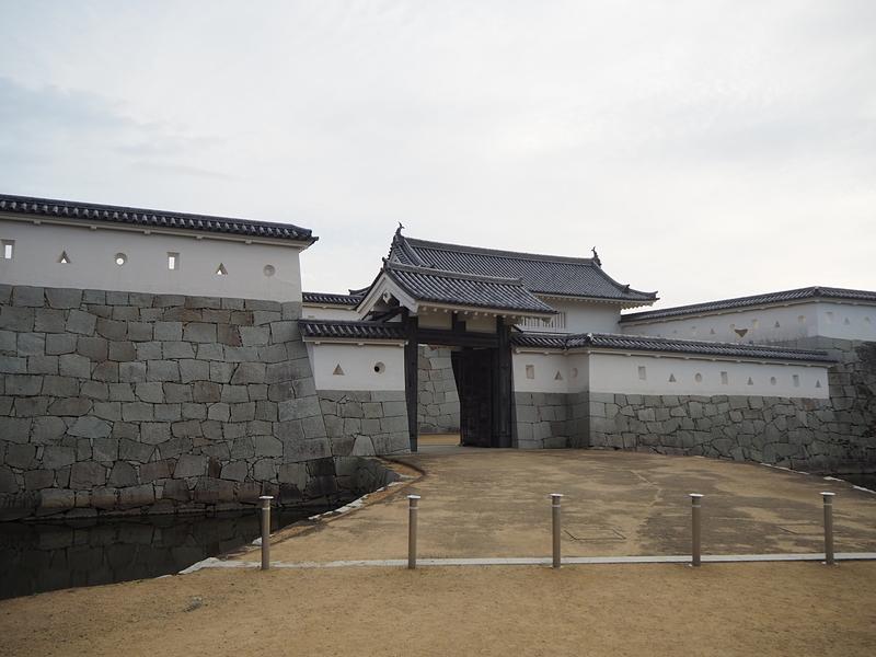 本丸門(手前から二の門、一の門)
