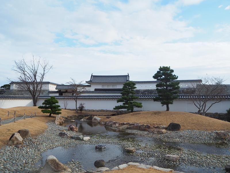 二の丸庭園と本丸門遠景