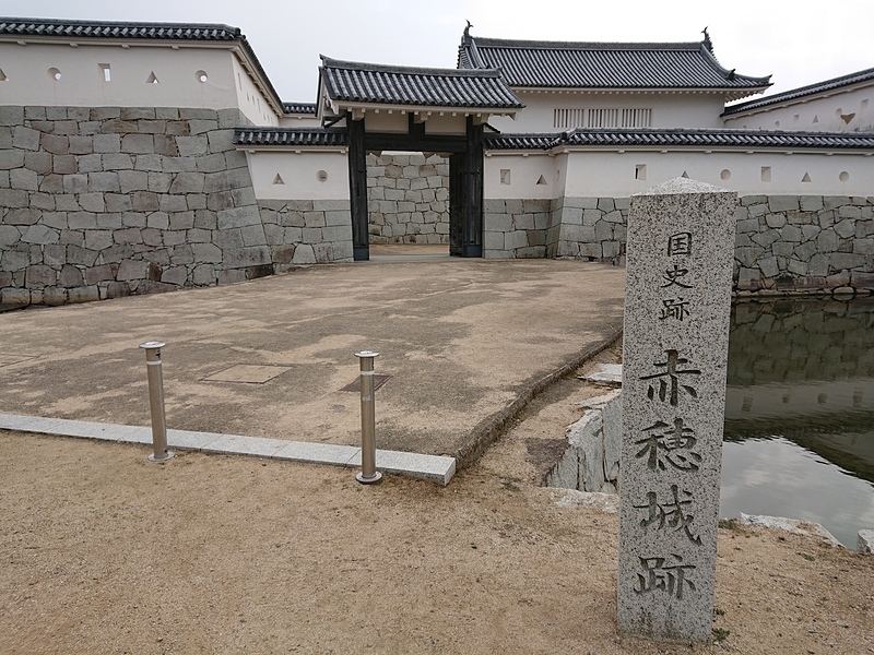本丸門と城址石碑