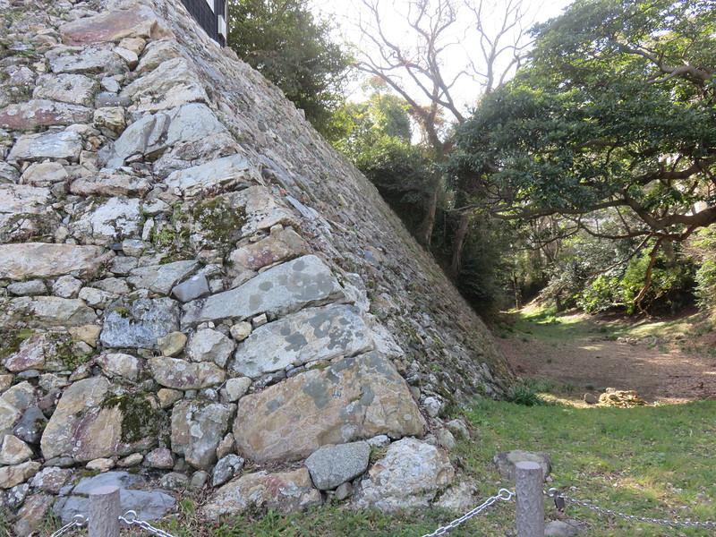 鉄櫓下の石垣(本丸北西隅)