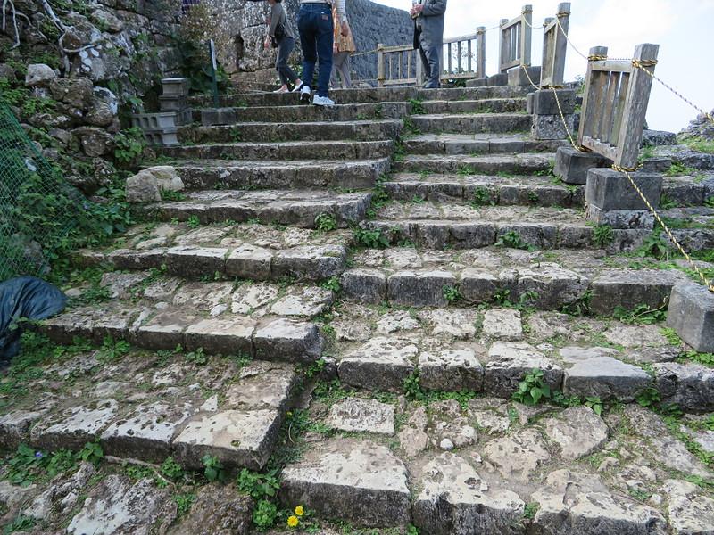 二つに分かれた石段(南の郭への登城口)
