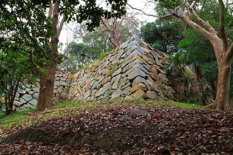 文ノ櫓跡石垣を見上げて