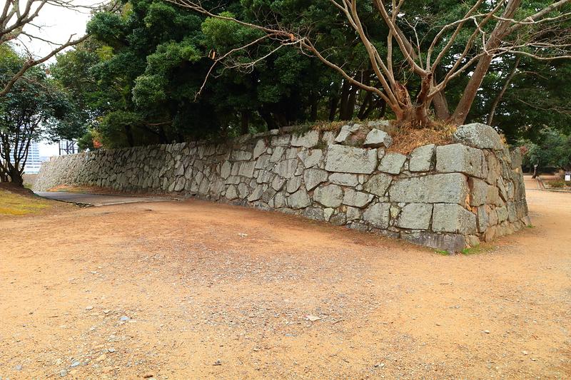 天ノ門跡から角ノ櫓跡へ続く石垣
