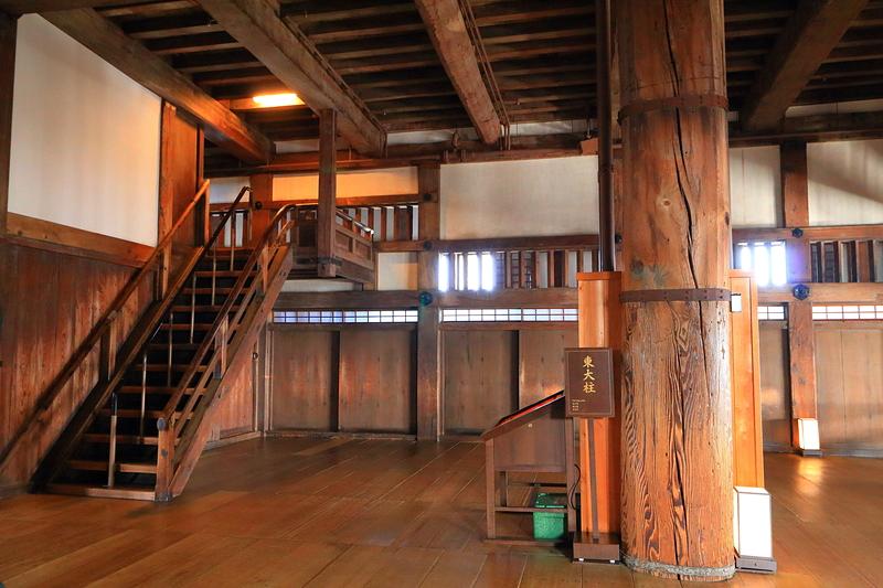 大天守3階、東大柱と上り用階段