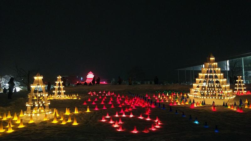 雪で作られた御三階櫓(中央やや左)とキャンドルと(2019上杉雪灯篭まつり)