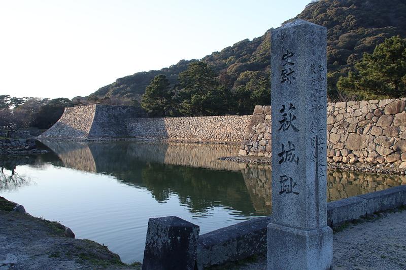 石碑と堀と石垣
