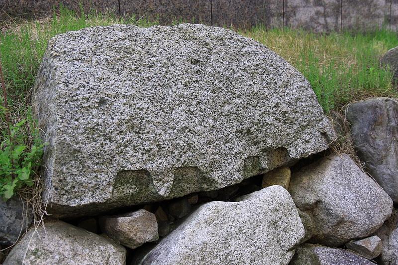 石垣上段に矢穴跡がはっきりと残る
