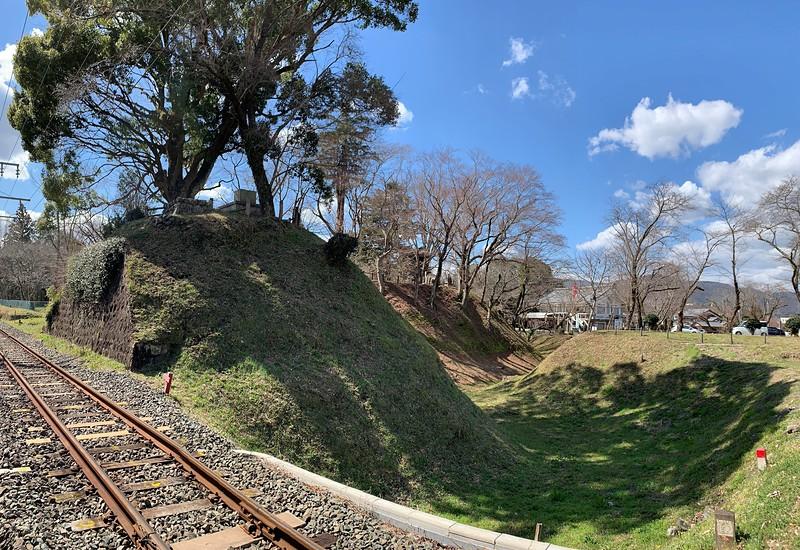 線路で分断された土塁と内堀