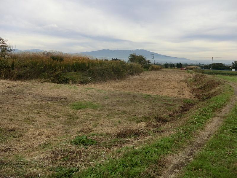 本丸の堀跡と会津磐梯山