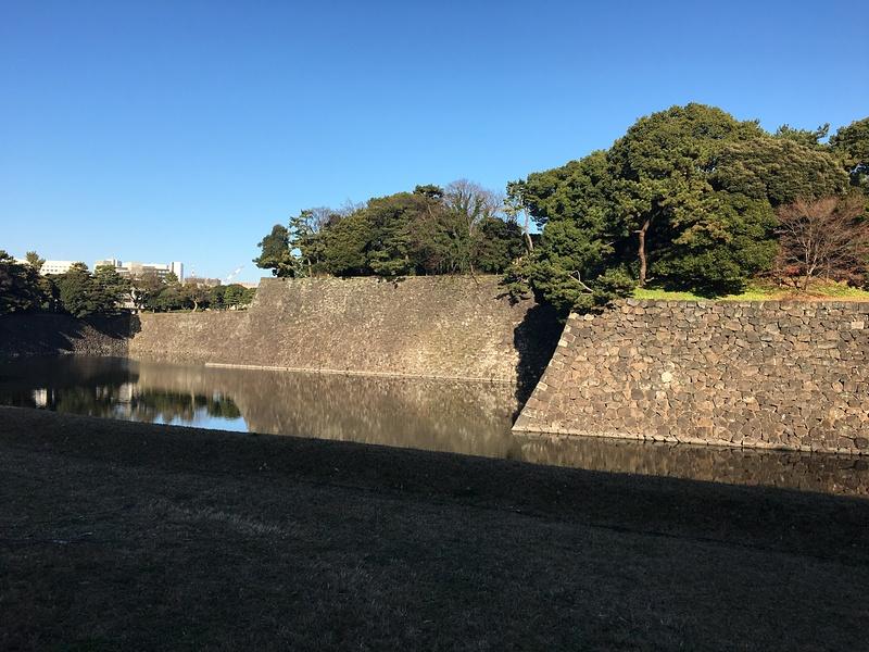 乾門に向かう通り沿いの石垣
