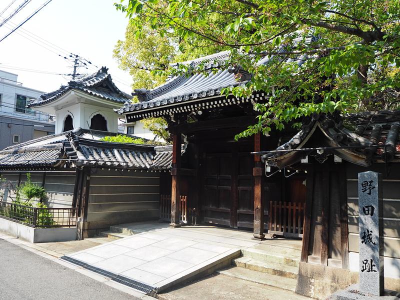 野田城 城址碑と野田御坊極楽寺
