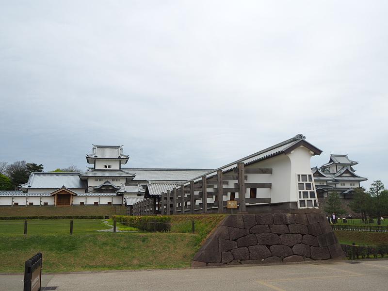 長塀と奥に見える櫓群