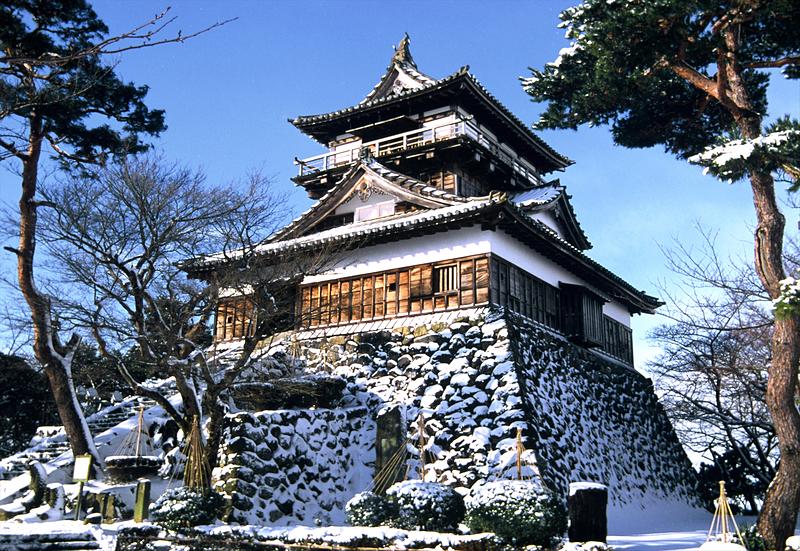 雪晴れの丸岡城天守